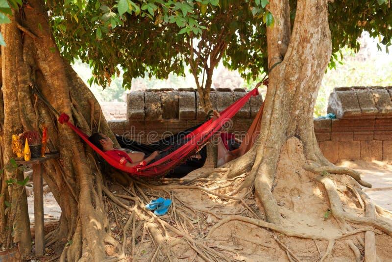 Камбоджийский человек отдыхая, Angkor Wat стоковое фото rf