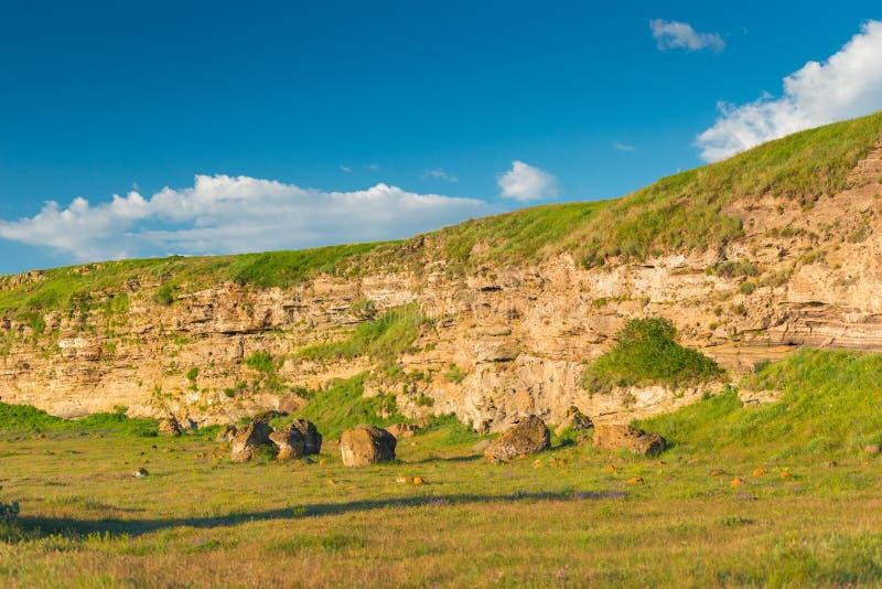 Каменистые горы Армении, предусматриванные с растительностью, облака на голубом небе стоковая фотография rf