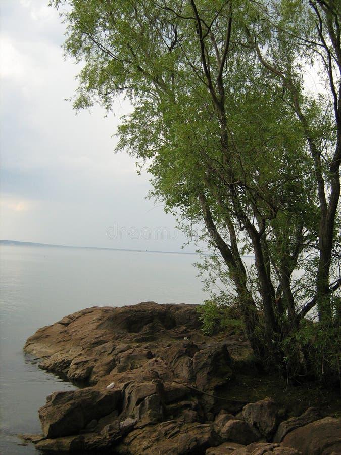 Каменистый банк реки Dnieper на windless летний день стоковое изображение