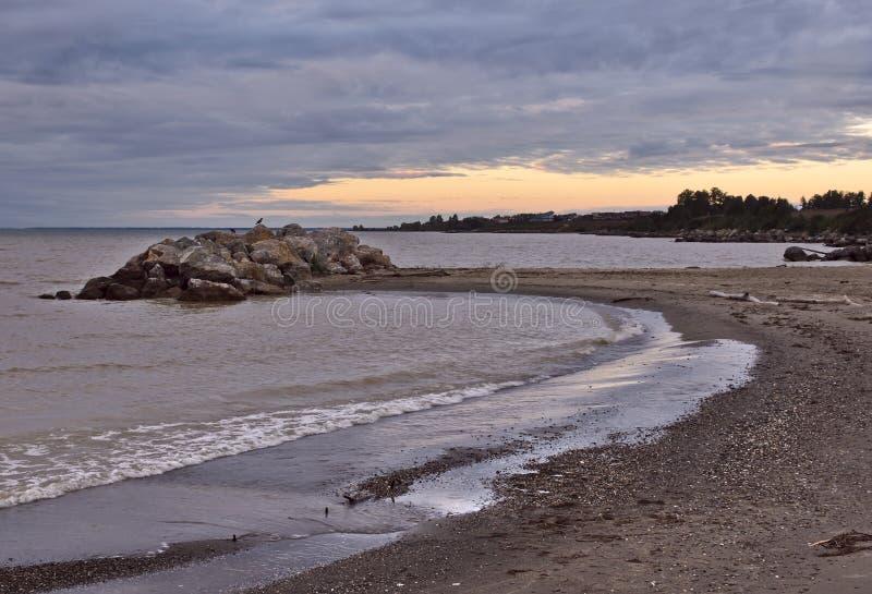 Каменистый вертел на береге резервуара Ob стоковое изображение