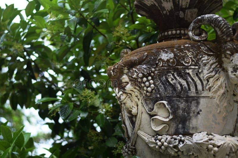 Каменная ваза с крупным планом сатира и козы, украшениями парка Sintra, Португалией стоковая фотография rf