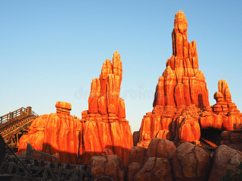 Каменная гора с светом утра стоковое фото