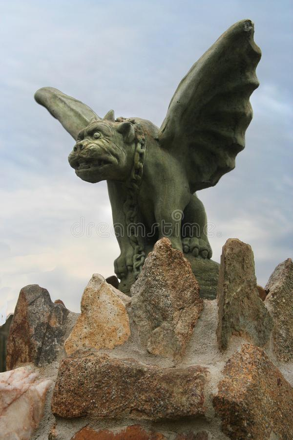 Каменная горгулья на каменном вахте стоек загородки стоковое изображение