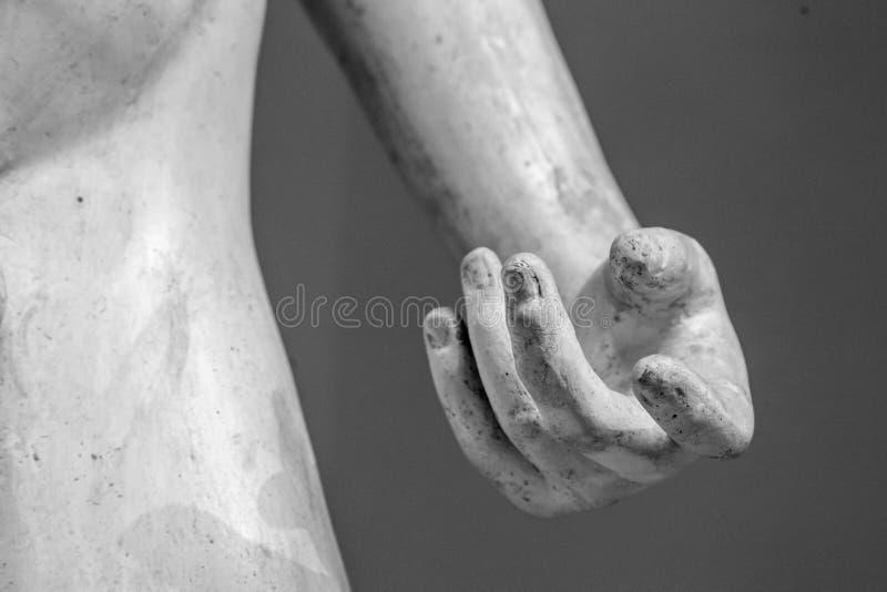 Каменная деталь статуи человеческой руки Скульптура мрамора руки на серой предпосылке стоковые изображения