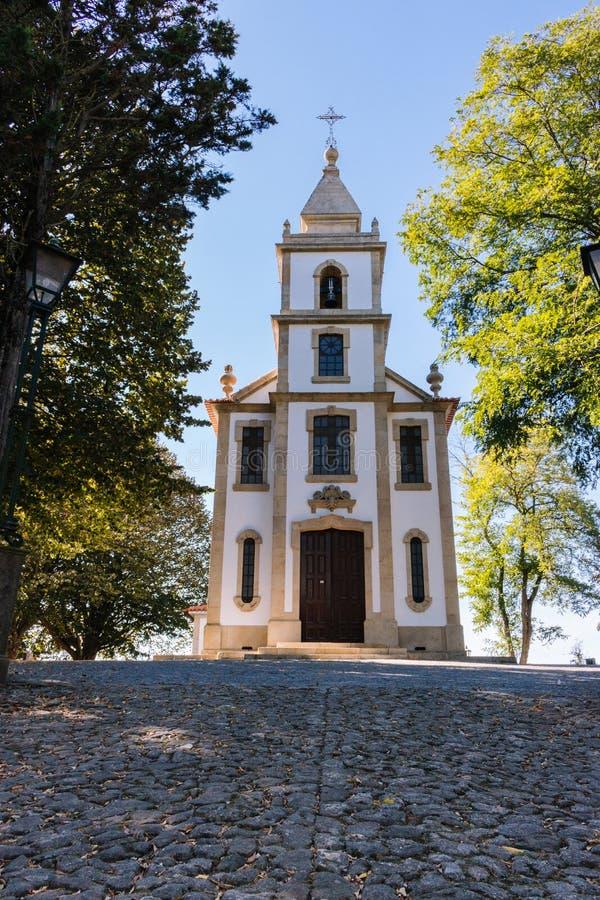 Каменная дорога к церков в парке Старая белая церковь с крестом с деревьями и уличным фонарем Концепция вероисповедания и веры стоковое фото rf
