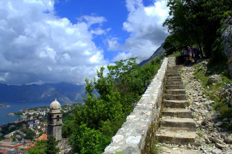 Каменная лестница над городком Kotor, Черногорией стоковые фотографии rf