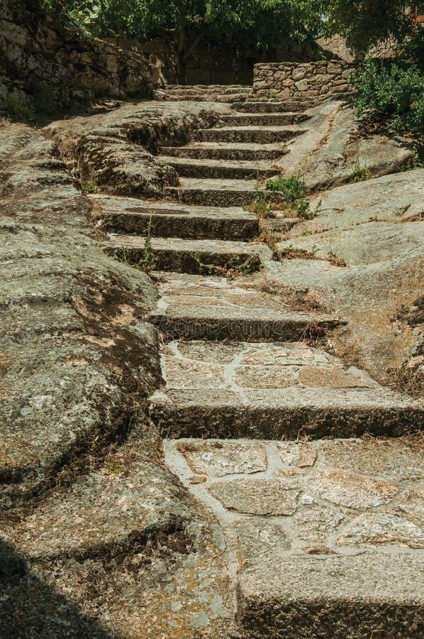 Каменная лестница идя вверх на скалистую местность стоковые фото