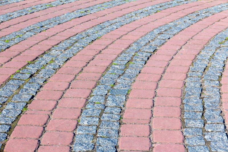 Каменная плитка Раскосная каменная картина плитки красные и черные и серые плитки мостовой стоковое изображение rf