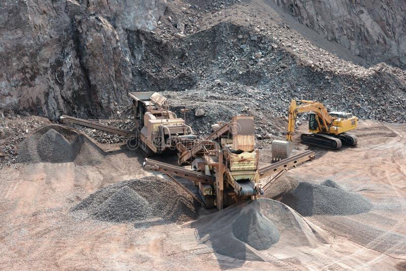 Каменная дробилка в шахте на поверхности стоковое фото