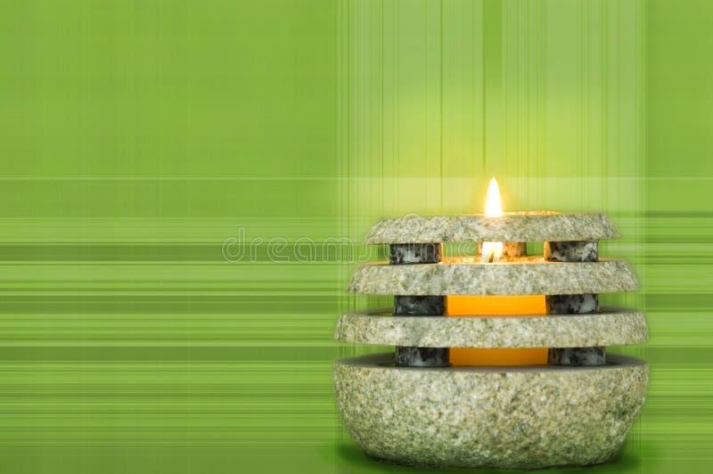 Каменная свечка на зеленом цвете стоковое изображение rf