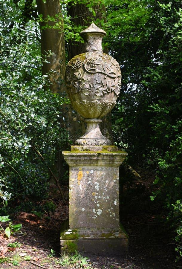 Каменная статуя урны, аббатство Mottisfont, Хемпшир, Англия стоковые изображения