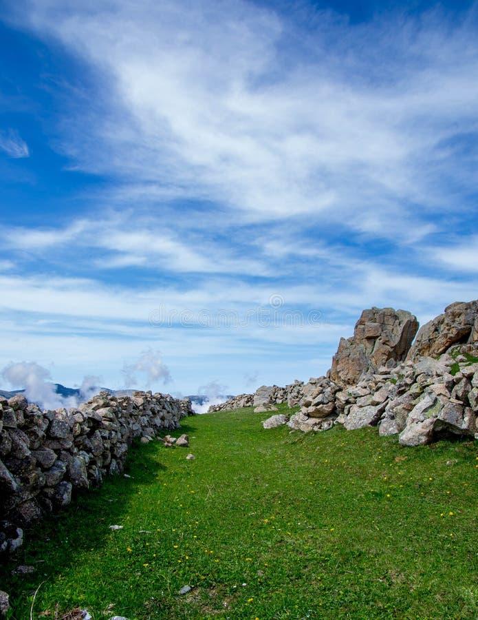 Каменная стена в пригороде
