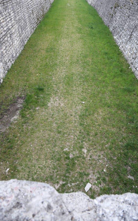 Каменная стена которая граничит средневековый город с ровом стоковое изображение rf