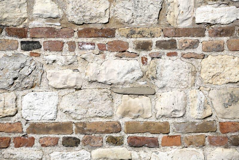 Каменная стена с красными кирпичами внутри любит мука или потолок стоковое фото