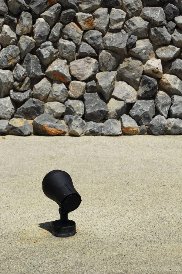 Каменная стена с светлым светом цемента. стоковые фото