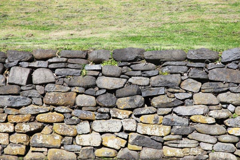 Каменная стена с скачками формами стоковые фотографии rf