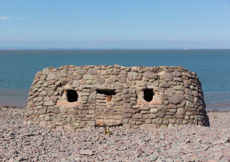 Каменная структура построенная на пляже Сомерсете Великобритании плотины Porlock в лете стоковые фотографии rf