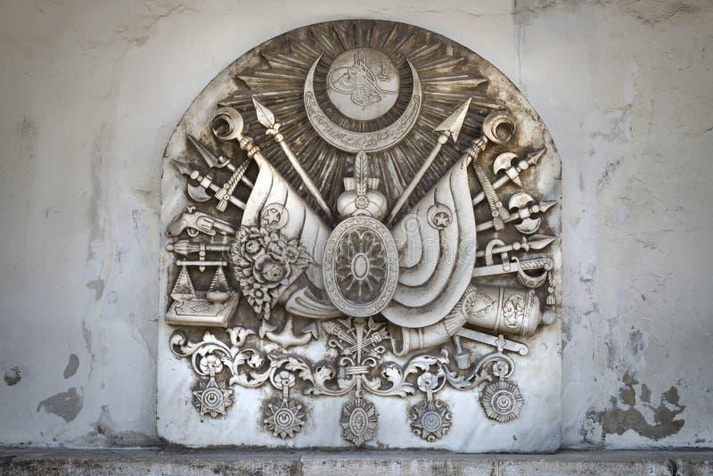Каменная таблетка с tughra султана и герба империи тахты внутри дворца Topkapi, Стамбула, Турции стоковые изображения rf