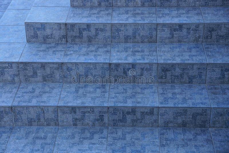 Каменная текстура вымощать серые плитки на шагах стоковое изображение