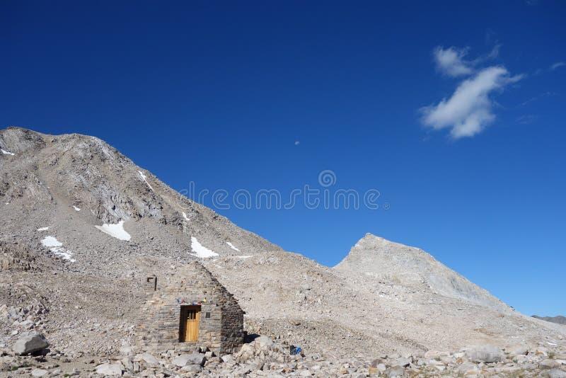Каменная хата в горах стоковые фото