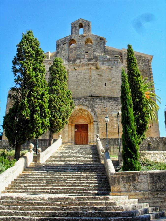 Каменная церковь в сердце острова majorca стоковое фото rf