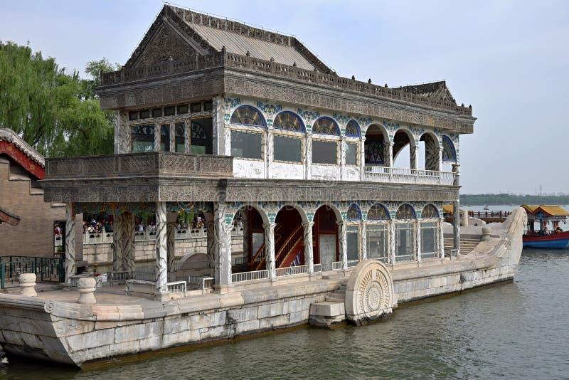 Каменная шлюпка на озере Kunming на основаниях летнего дворца в Пекине стоковое фото
