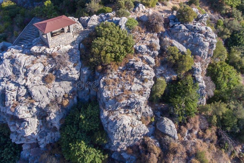 Каменное газебо на скале стоковые изображения