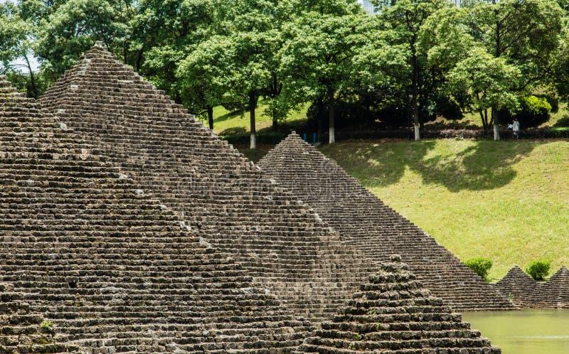 Каменное материальное здание имитации пирамиды во взгляде фасада сада стоковые фотографии rf