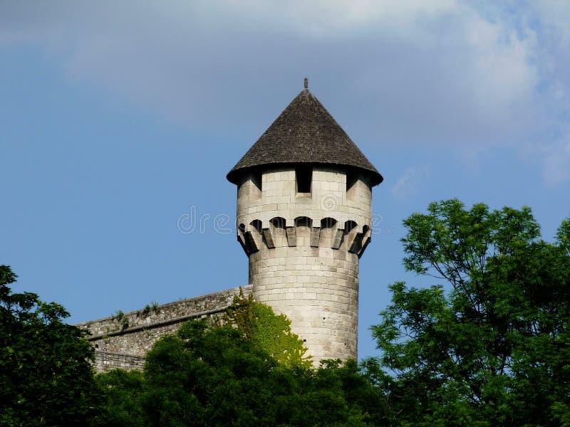 Каменные каменные башня и башенка с деревянным крышей склоняемой гонтом стоковые изображения rf