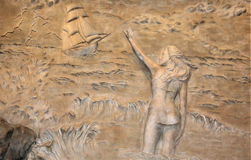 Каменные высекая скульптуры женщины в одежде стоковые фотографии rf
