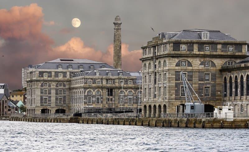 Каменные здания в порте Плимута, Англии стоковые фотографии rf