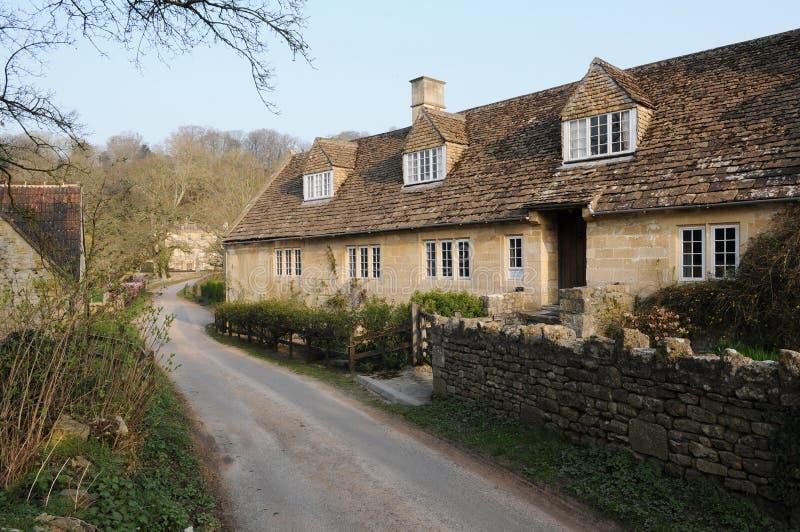 Каменные коттеджи и майна в сельской Англии стоковое фото rf
