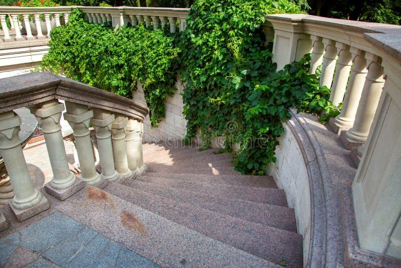 Каменные лестницы с мраморными шагами идут вниз стоковые фотографии rf