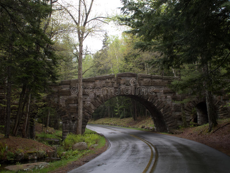 Каменные мост и проезжая часть на влажный день в национальном парке Acadia стоковые фото
