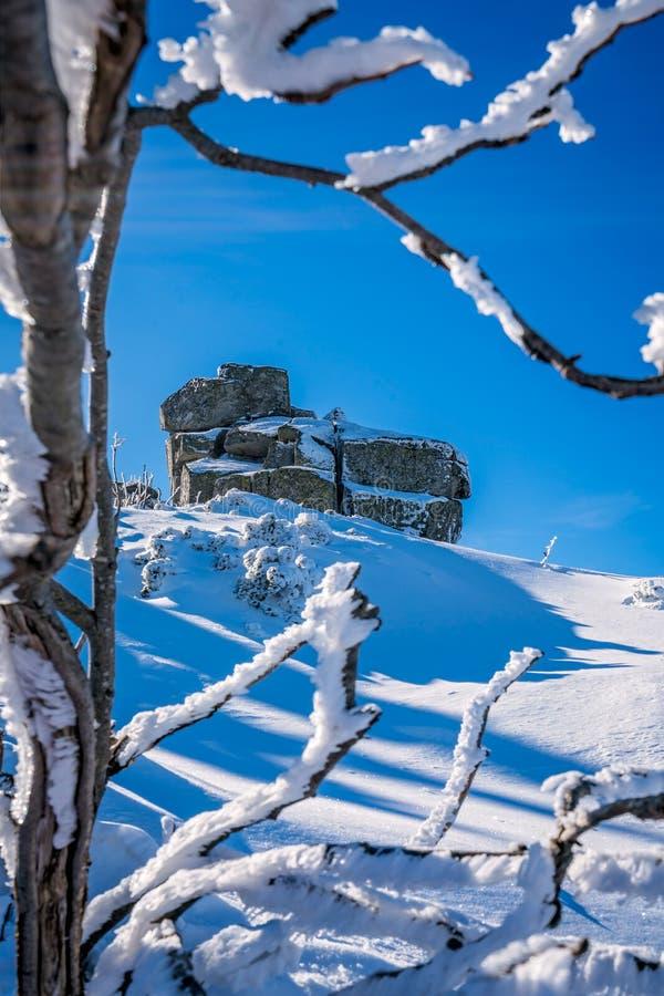 Каменные образования в Karkonosze в зиме стоковая фотография