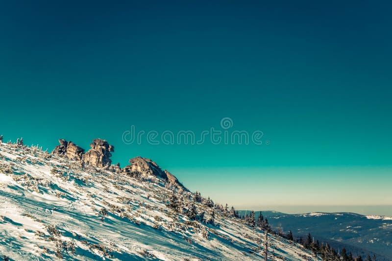 Каменные образования в Karkonosze в зиме стоковое фото rf