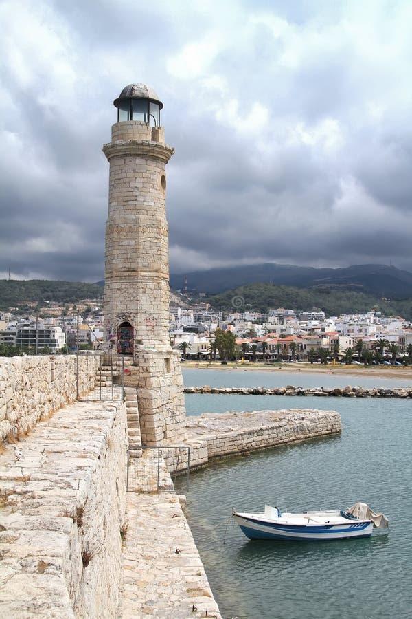 Каменные пристань, маяк и шлюпка в порте Chania Крит стоковая фотография rf