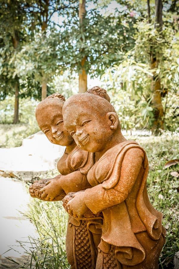 Каменные статуи стоят прием стоковые фото