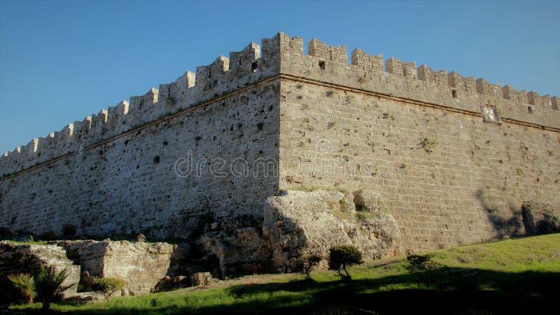 Каменные стены в городке Родоса старом стоковая фотография rf