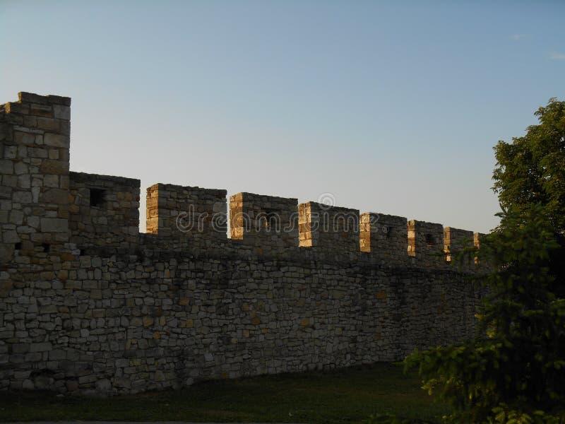 Каменные стены на наступлении ночи, голубое небо в предпосылке стоковая фотография