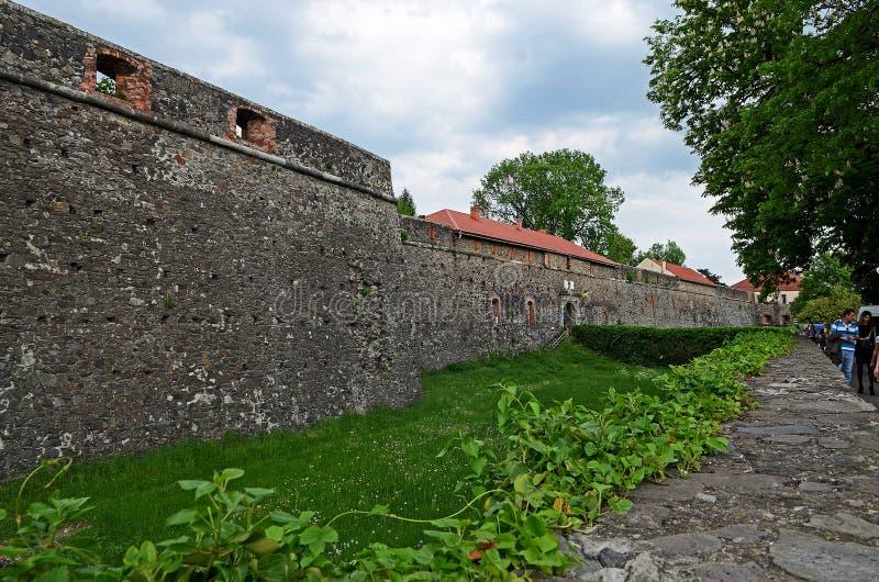 Каменные стены старого замка на предпосылке голубого неба и ландшафта весны стоковые изображения