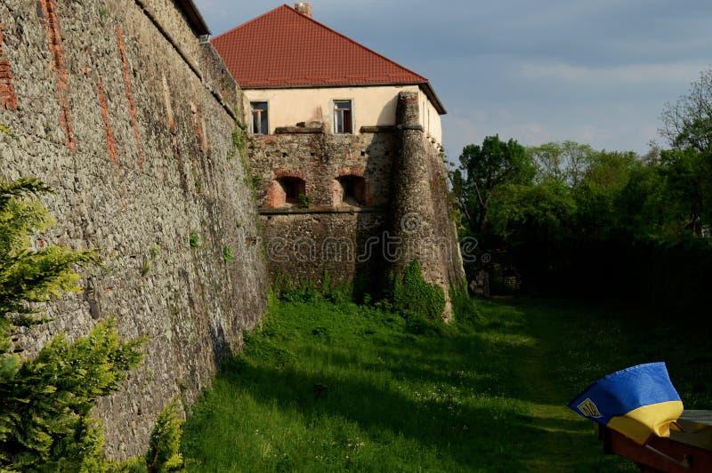 Каменные стены старого замка на предпосылке голубого неба и ландшафта весны стоковые фотографии rf