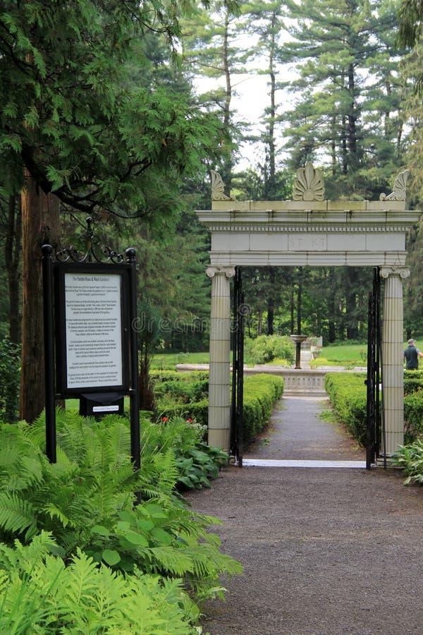 Каменные столбцы на entryway к садам Yaddo, Saratoga Springs, Нью-Йорке, 2014 стоковые изображения