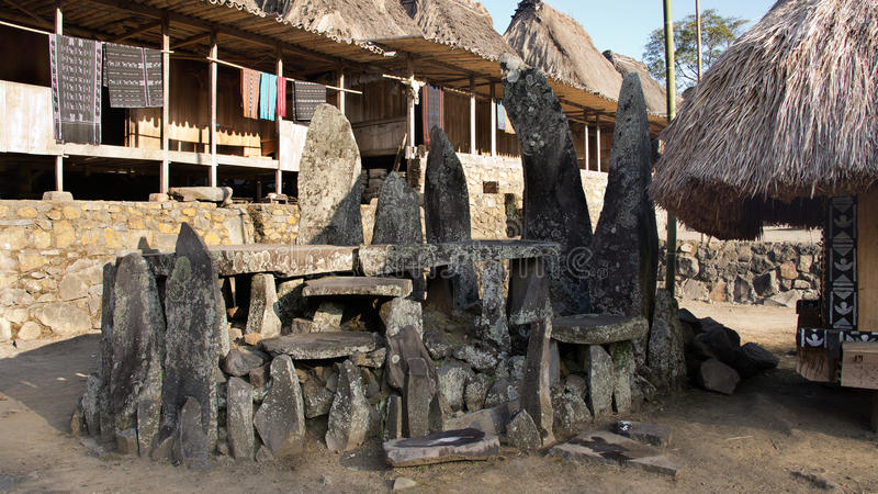 Каменные таблетки в Bena традиционная деревня с хатами травы людей Ngada в Flores стоковые изображения rf