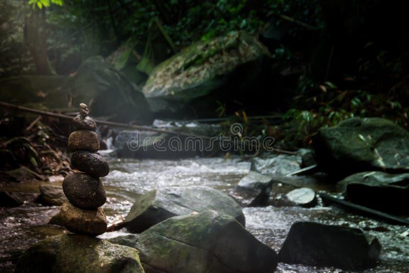 Каменные утесы баланса реки леса пирамиды стоковое изображение rf