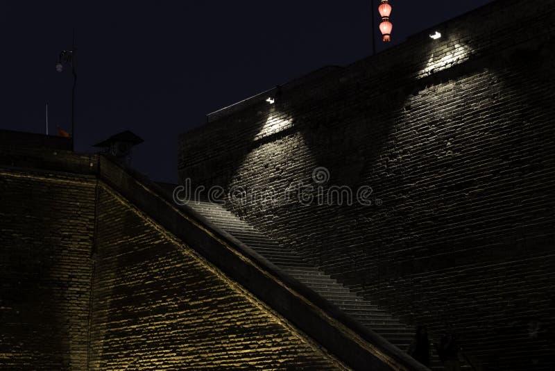 Каменные шаги вверх по освещения ночи каменной стены зловещему исторического темного плохого страшное стоковые изображения
