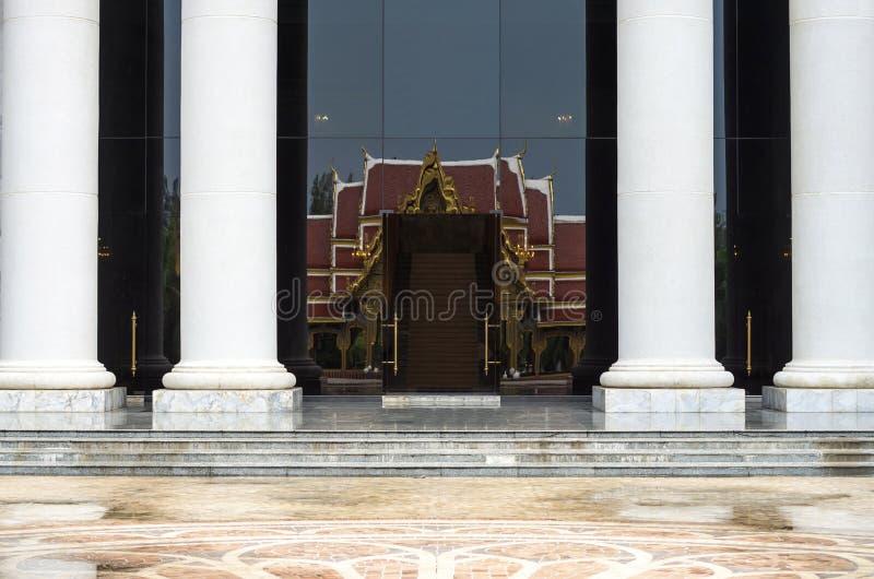 Каменные шаги и entryway стоковое изображение rf