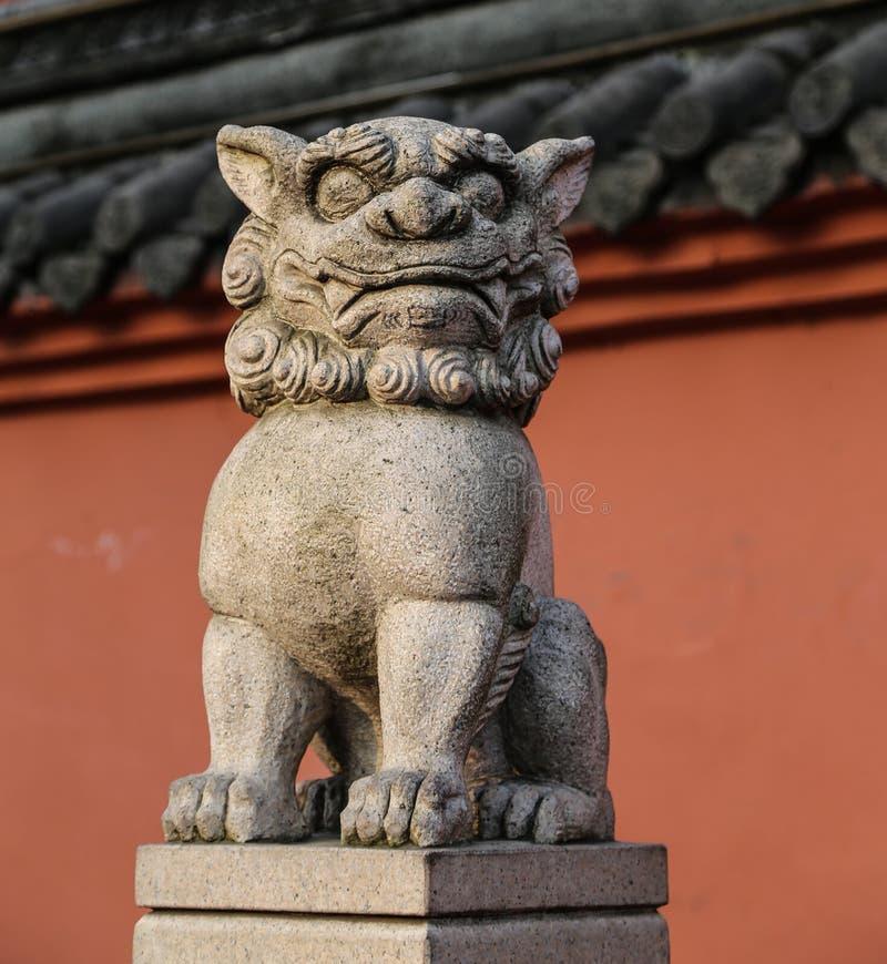 Каменный высекать льва в Чэнду, фарфоре стоковые фото