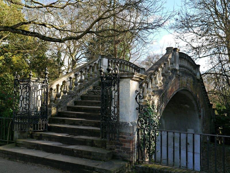 Каменный готический мост стиля в Twickenham Лондоне Великобритании стоковые изображения rf