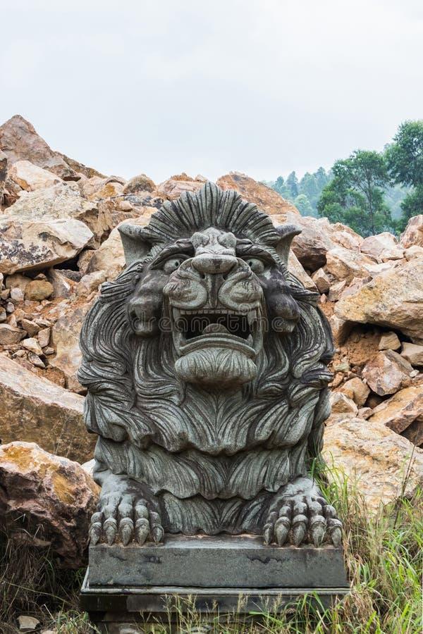 Каменный лев высекая на виске стоковое фото